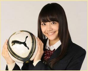 松井愛莉リフティング画像-第92回高校サッカー選手権大会の応援マネージャー