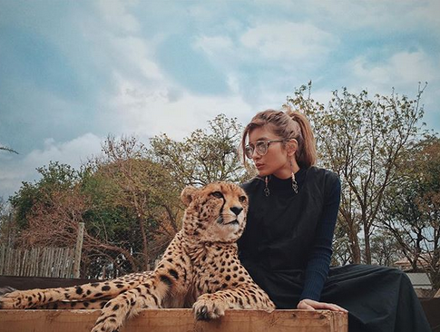トラと写るローラ