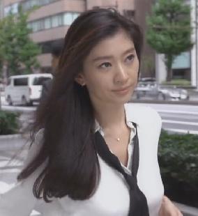 オトナ女子-篠原涼子-ブラウスとネックレス画像