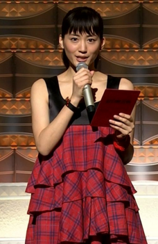 綾瀬はるかが紅白で着ていた黒と赤のワンピ-画像