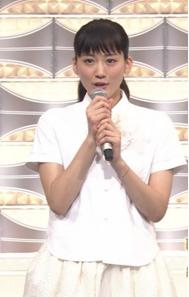 綾瀬はるかが紅白で着ていた白い衣装-画像