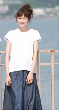桐谷美鈴ドラマ衣装-デニムのロングスカート画像
